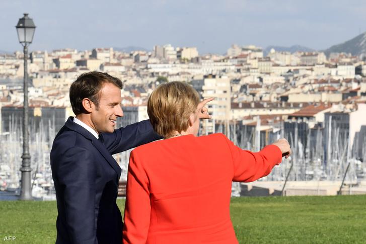 Emmanuel Macron beszél Angela Merkellel Marseilleben 2018. szeptember 7-én Fotó: Christophe Simon
